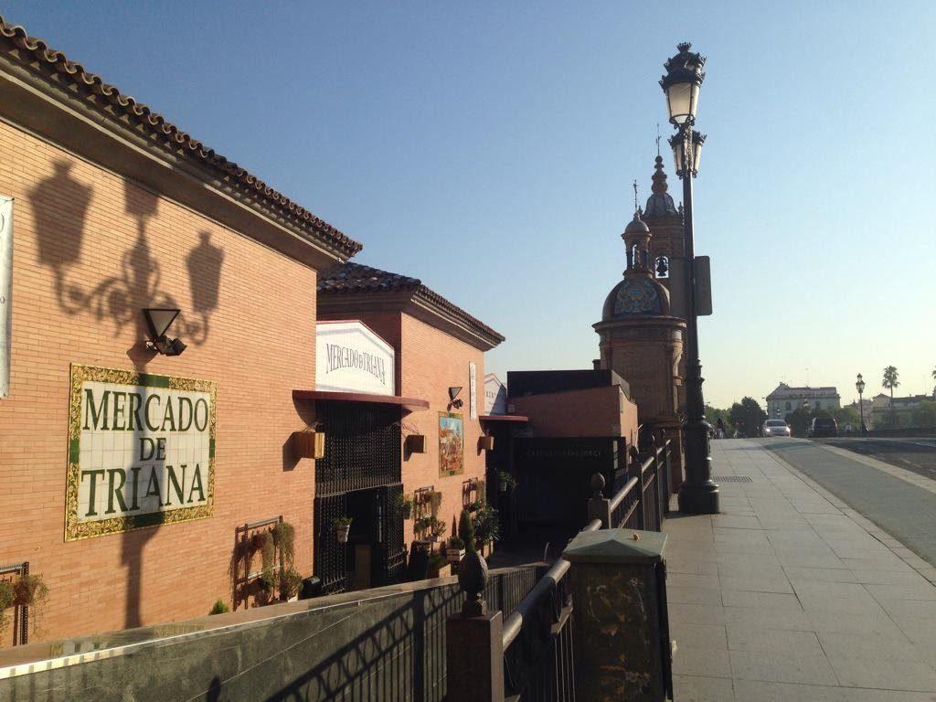 Fotografía Mercado de Triana, con el puente de Isabel II y la capilla del Carmen al fondo.